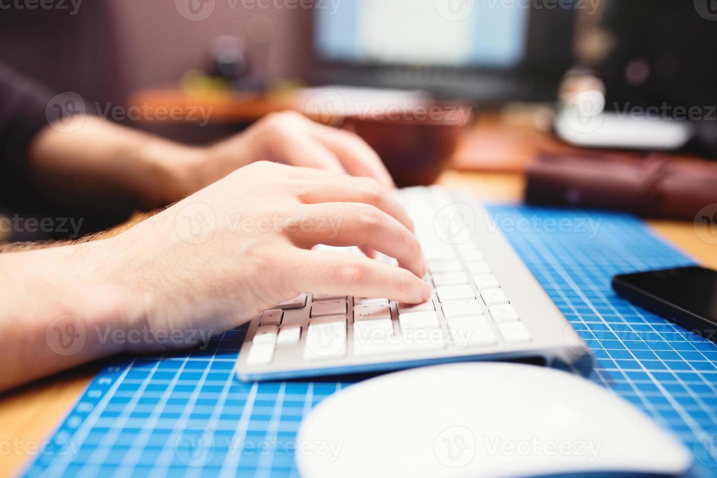 Cerca de las manos masculinas escribiendo. enfoque selectivo foto