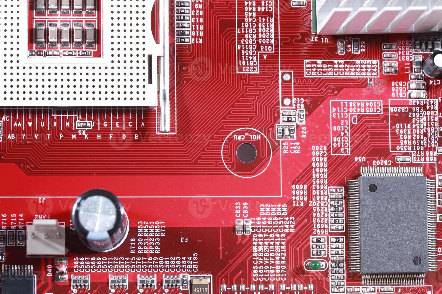 Primer plano del circuito rojo de placa base electrónica con procesador foto