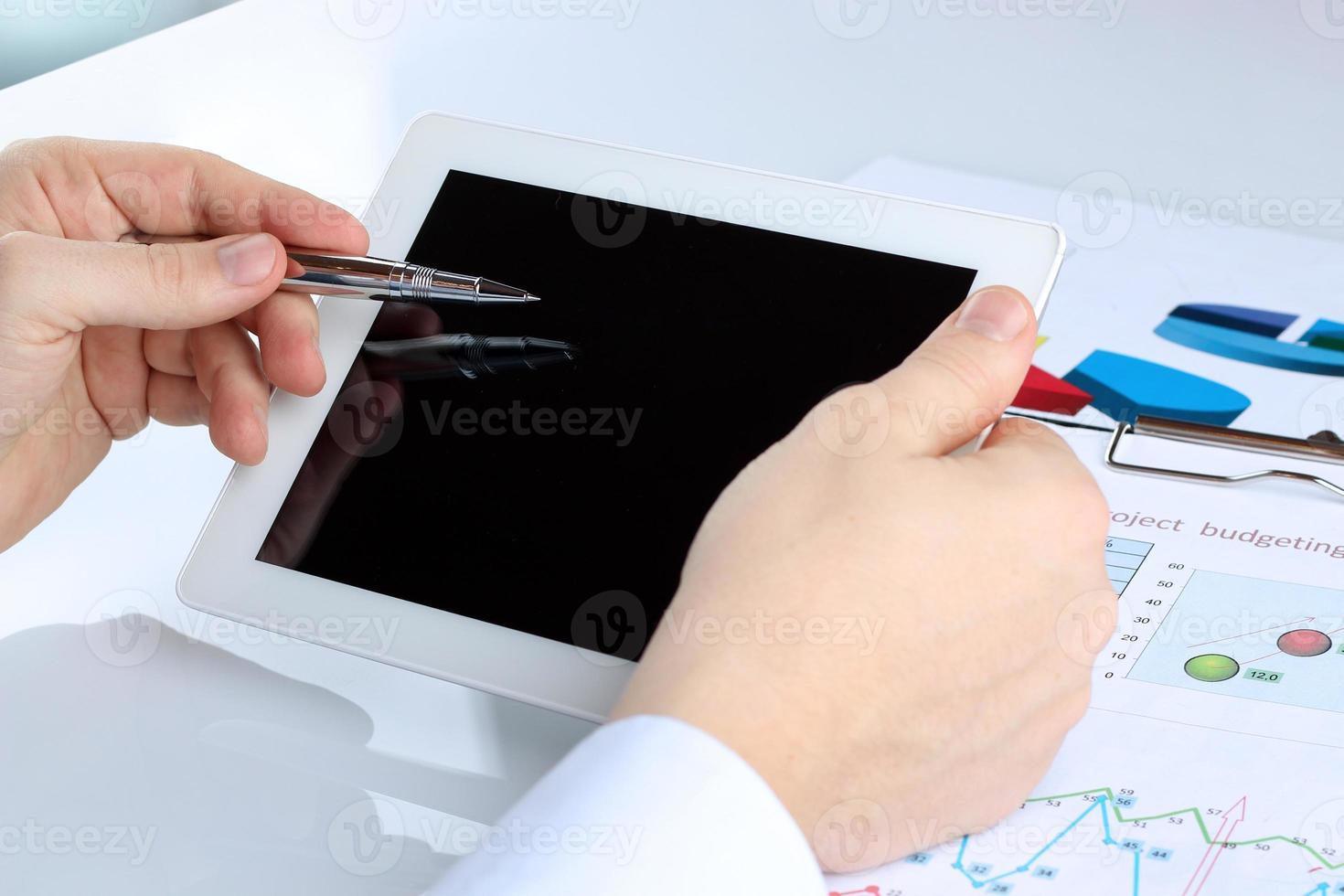 tableta digital en manos masculinas con diagrama foto