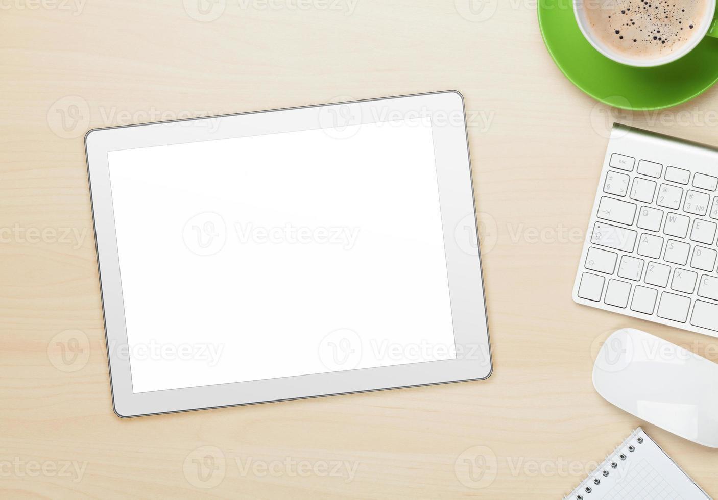 Tablet PC, taza de café sobre superficie de grano de madera foto