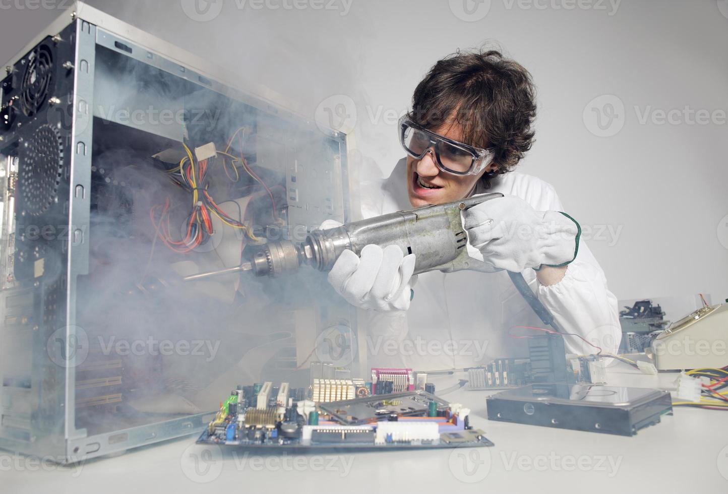 un técnico luchando con un mal funcionamiento avanzado de la computadora foto