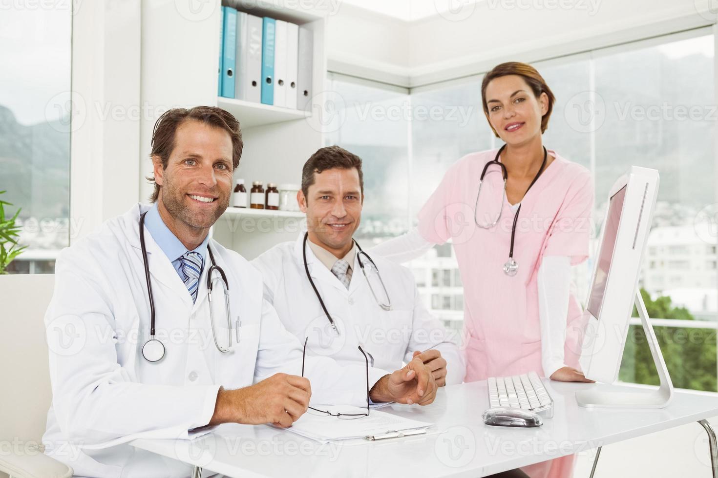 seguros médicos sonrientes en consultorio médico foto
