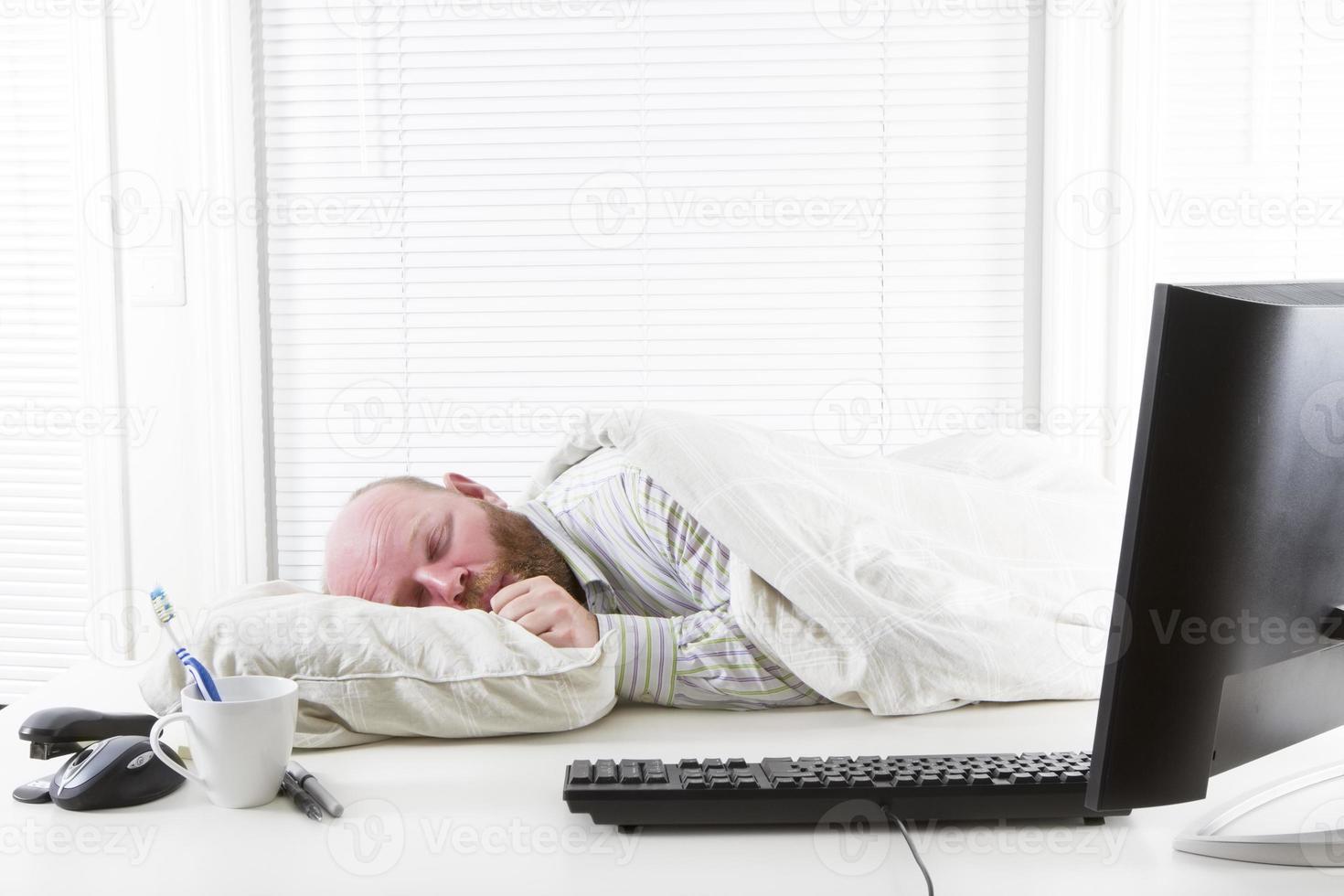 oficinista duerme en su escritorio foto