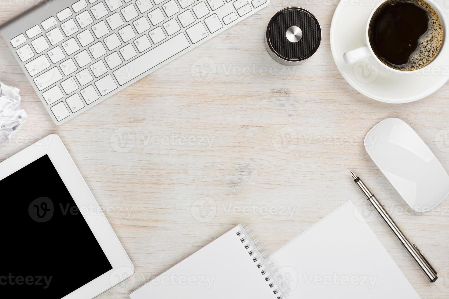 herramientas esenciales de trabajo de oficina con espacio de copia en el medio foto