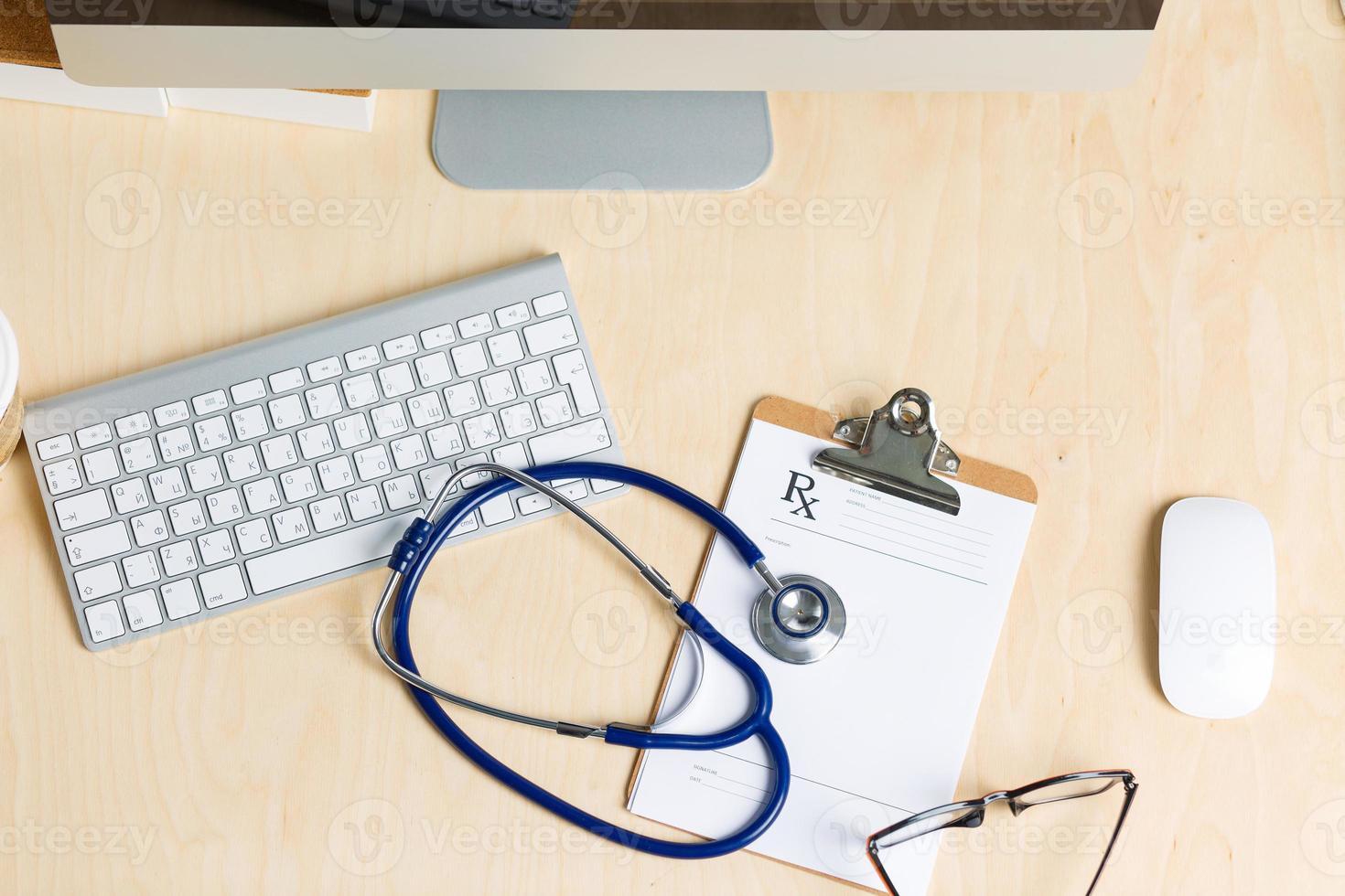 Vista de la mesa de trabajo del médico de medicina desde arriba foto