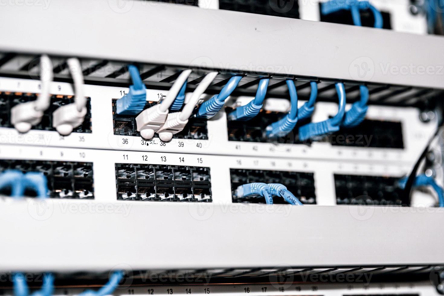panel de servidor con cables y conectores foto