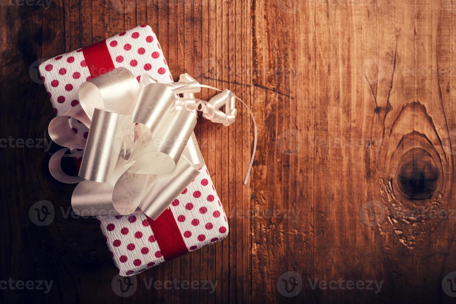caja de regalo en escritorio de madera foto