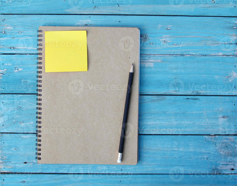 cuaderno en el escritorio foto