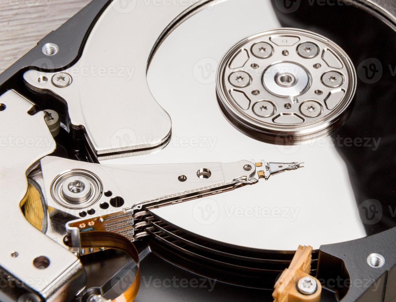 abrir el disco duro en el escritorio de madera foto