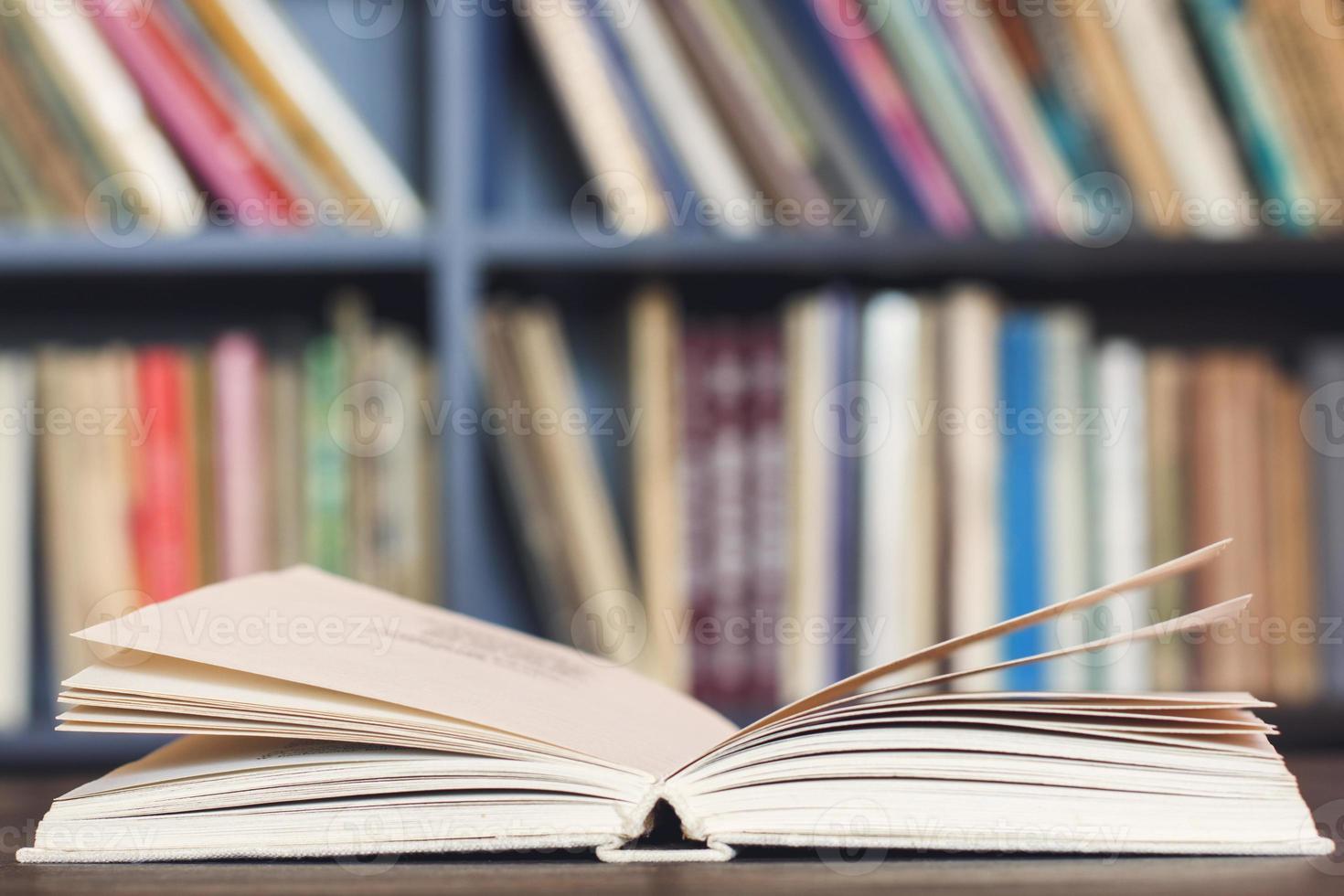 Libros sobre el escritorio de madera. foto