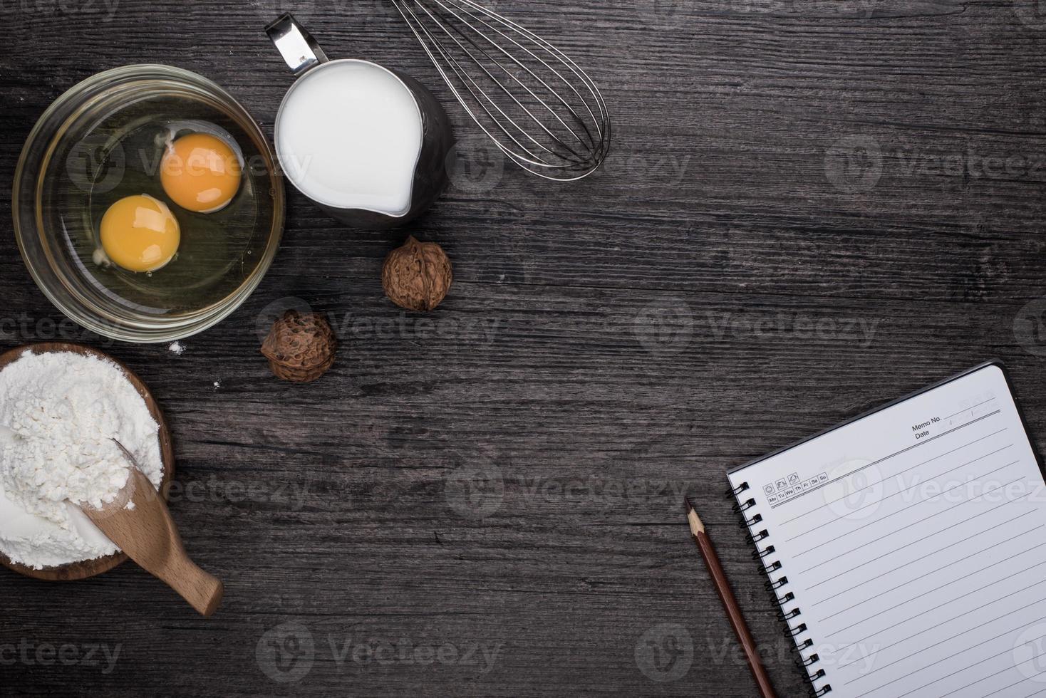 corazón de harina en el escritorio de madera foto