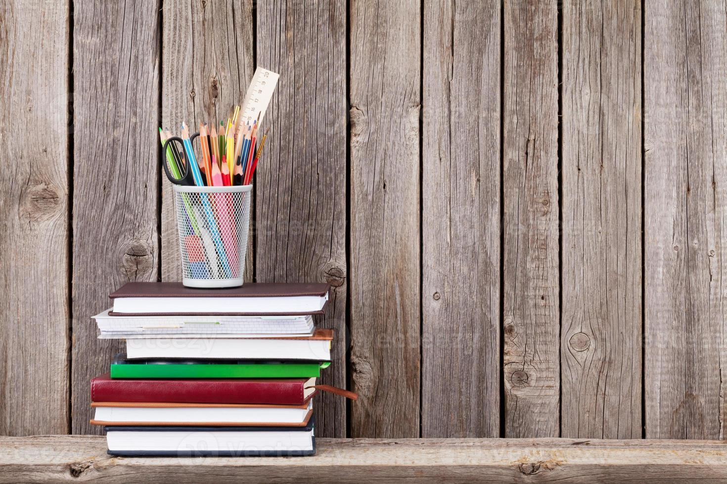 estante de madera con libros y suministros foto