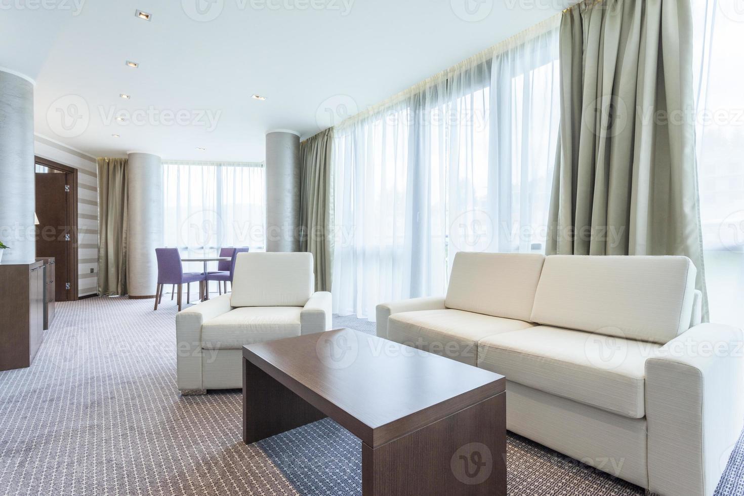 moderno y luminoso salón interior foto