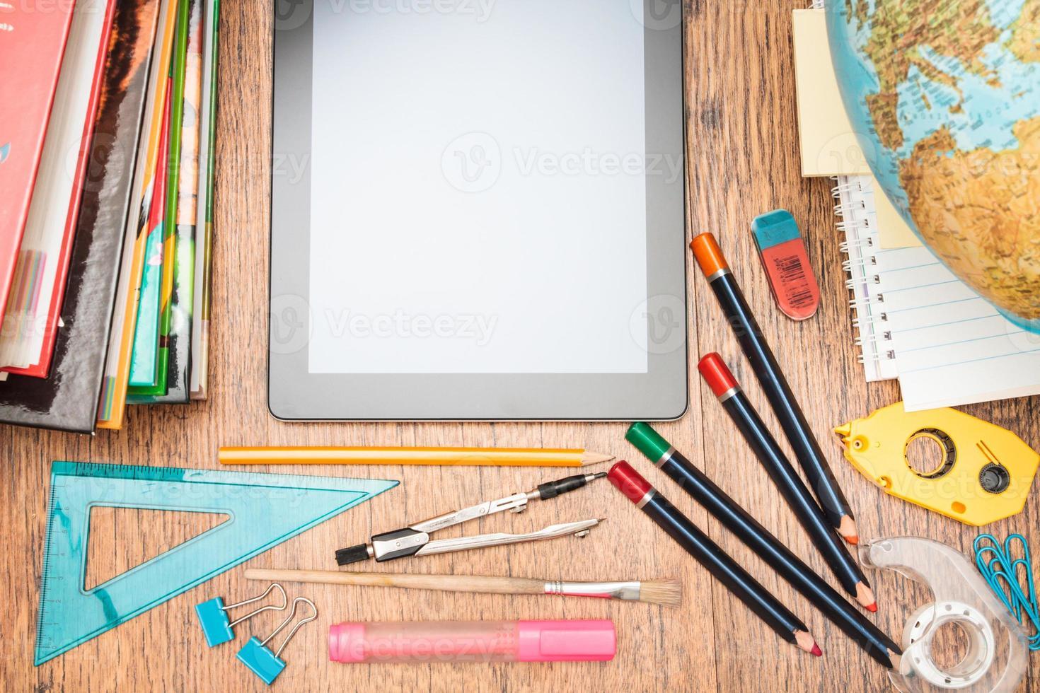 accesorios escolares en un escritorio foto