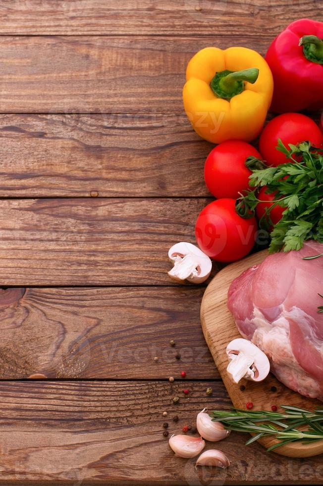 carne de cerdo cruda en escritorio de madera foto