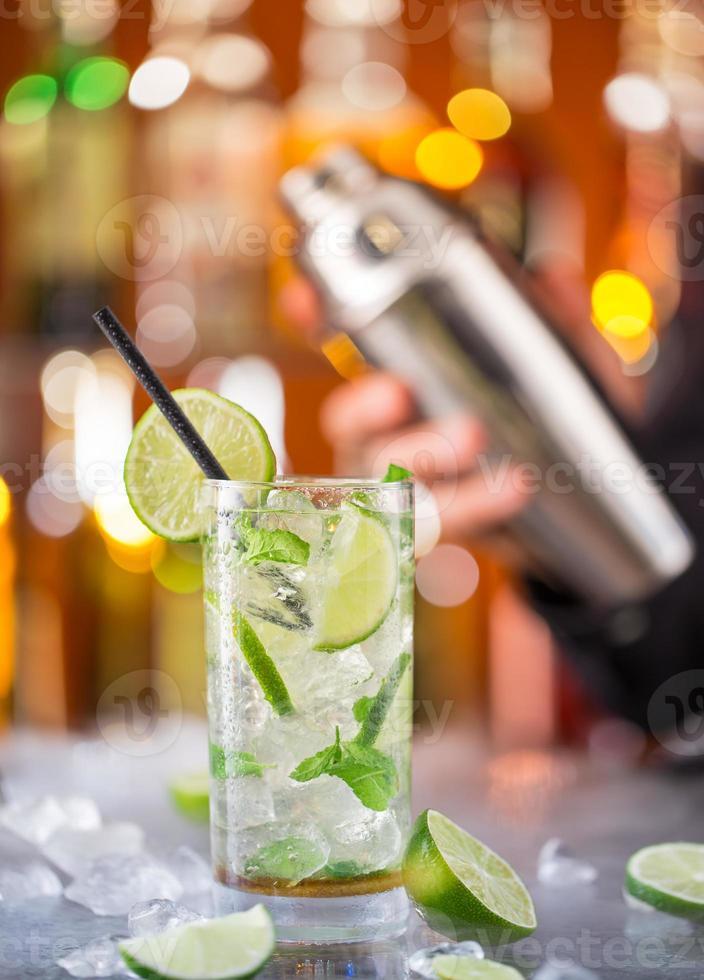 Bebida de mojito fresco en el escritorio del bar foto
