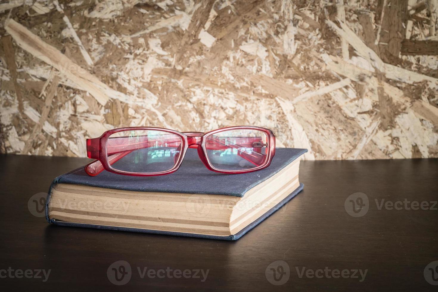 gafas y libro con efecto de filtro estilo retro vintage foto