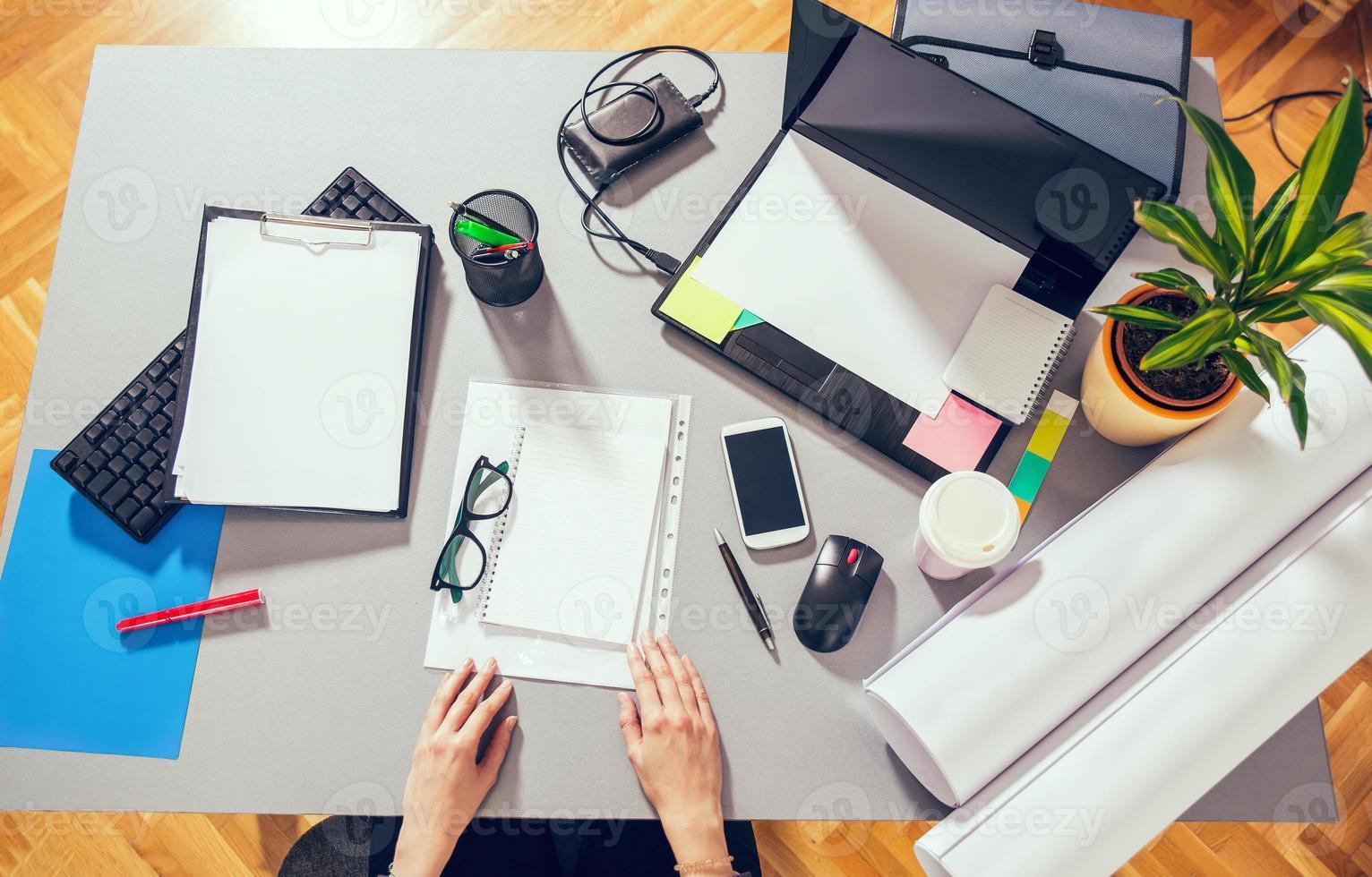 mezcla de escritorio en una mesa de oficina foto
