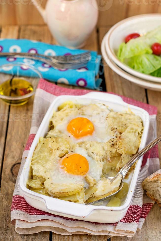 Gratinado de patatas al estilo francés con queso y huevos foto