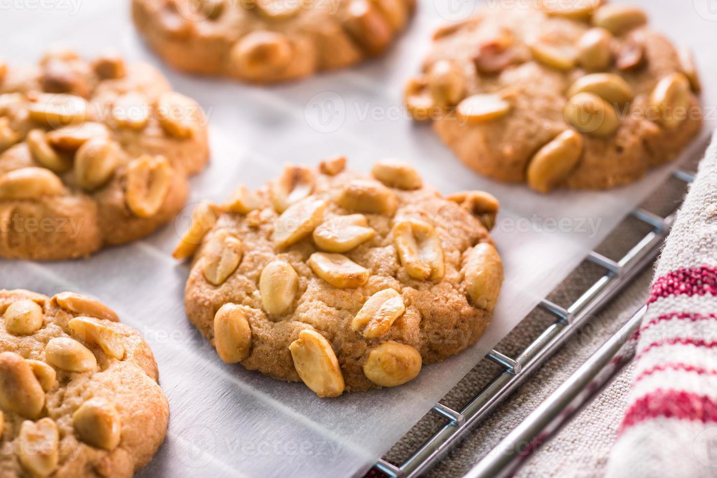 Una fotografía de cerca de algunas galletas con trocitos de maní foto