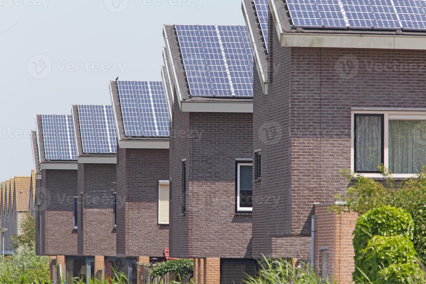 Nuevas viviendas familiares con paneles solares en el techo foto