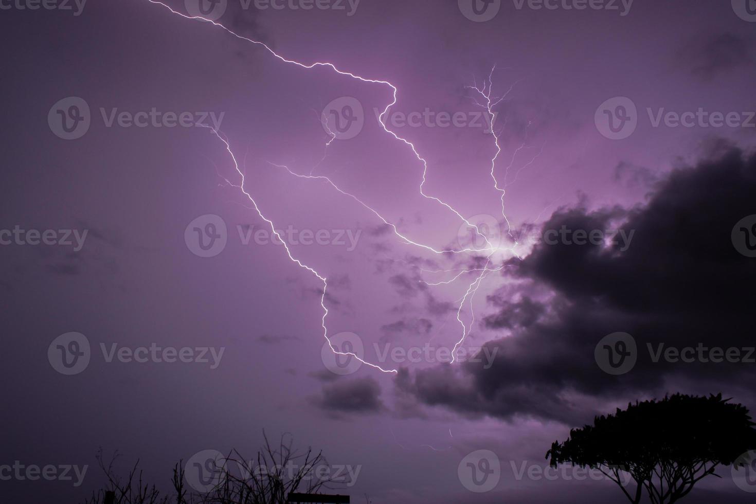 los colores del rayo el cielo púrpura foto