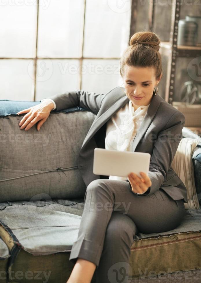 mujer de negocios en loft y con tablet pc foto