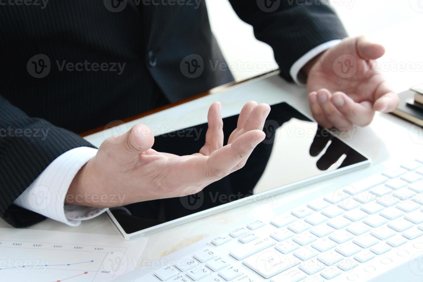 empresario explicando en oficina foto