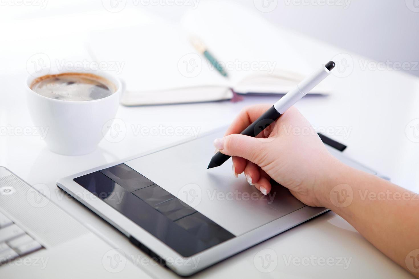 diseñador gráfico trabajando en tableta digital foto