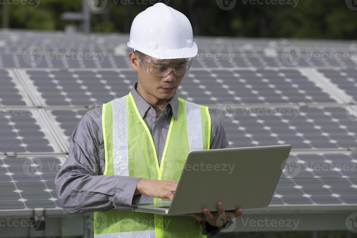 ingenieros asiáticos que comprueban la configuración del panel solar foto