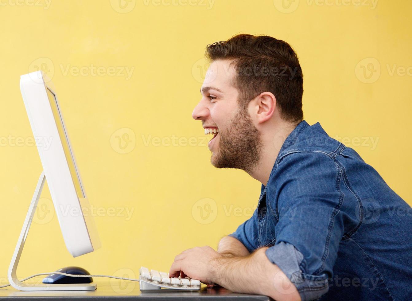 feliz joven hombre de negocios foto