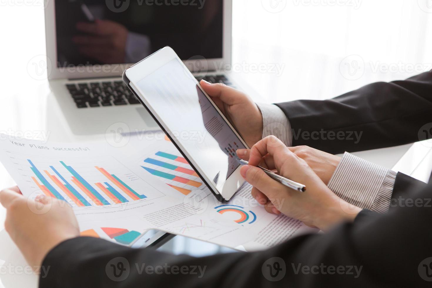 Primer plano del equipo de negocios con tableta digital con d financiera foto