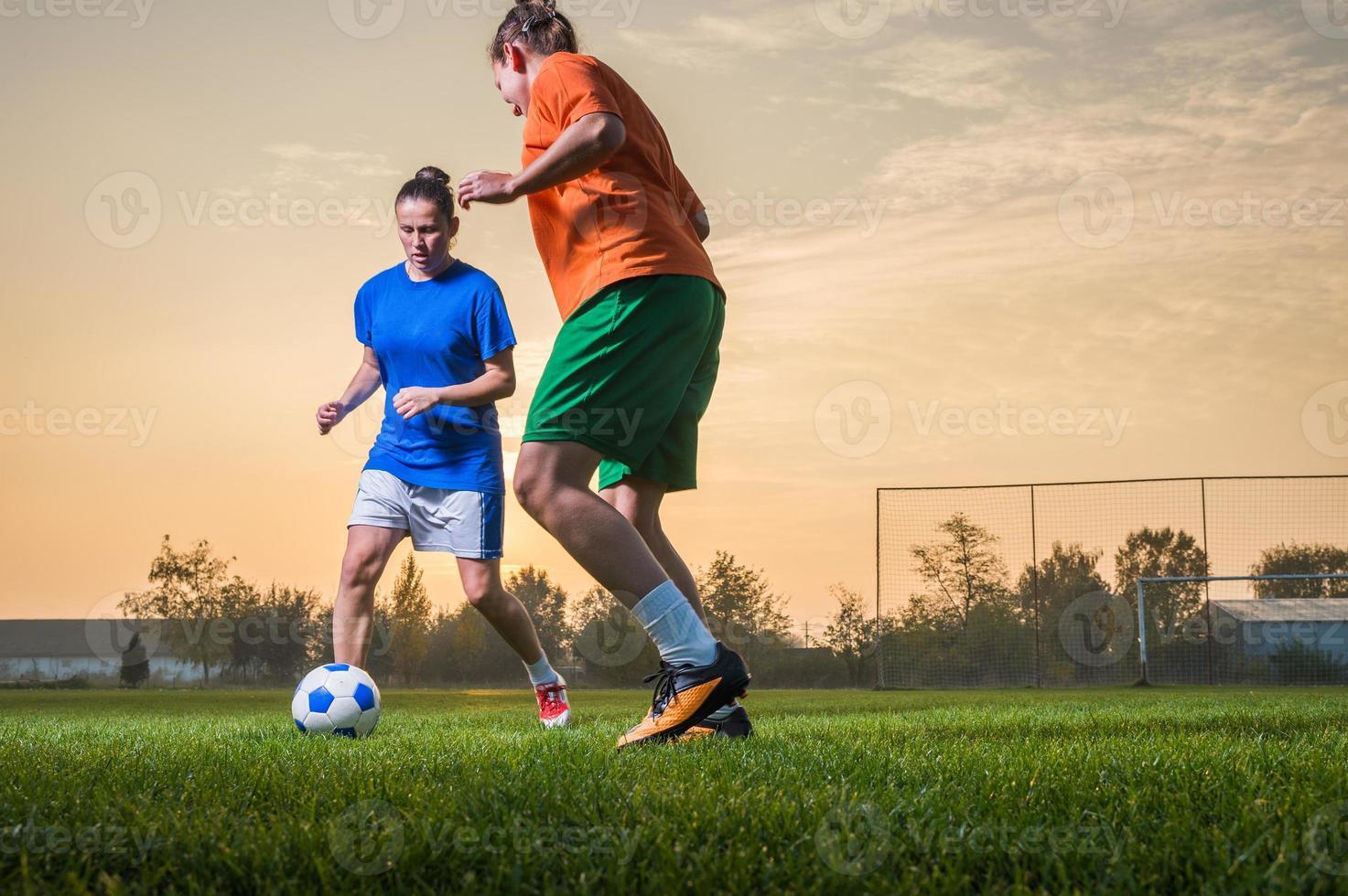 Las mujeres durante un partido de fútbol al atardecer foto