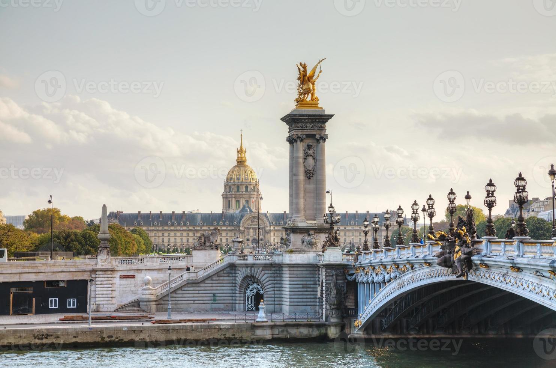 Puente Alejandro III en París foto