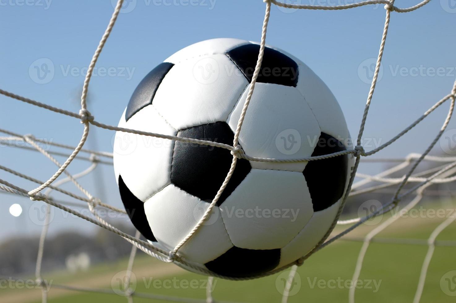 balón de fútbol en red foto