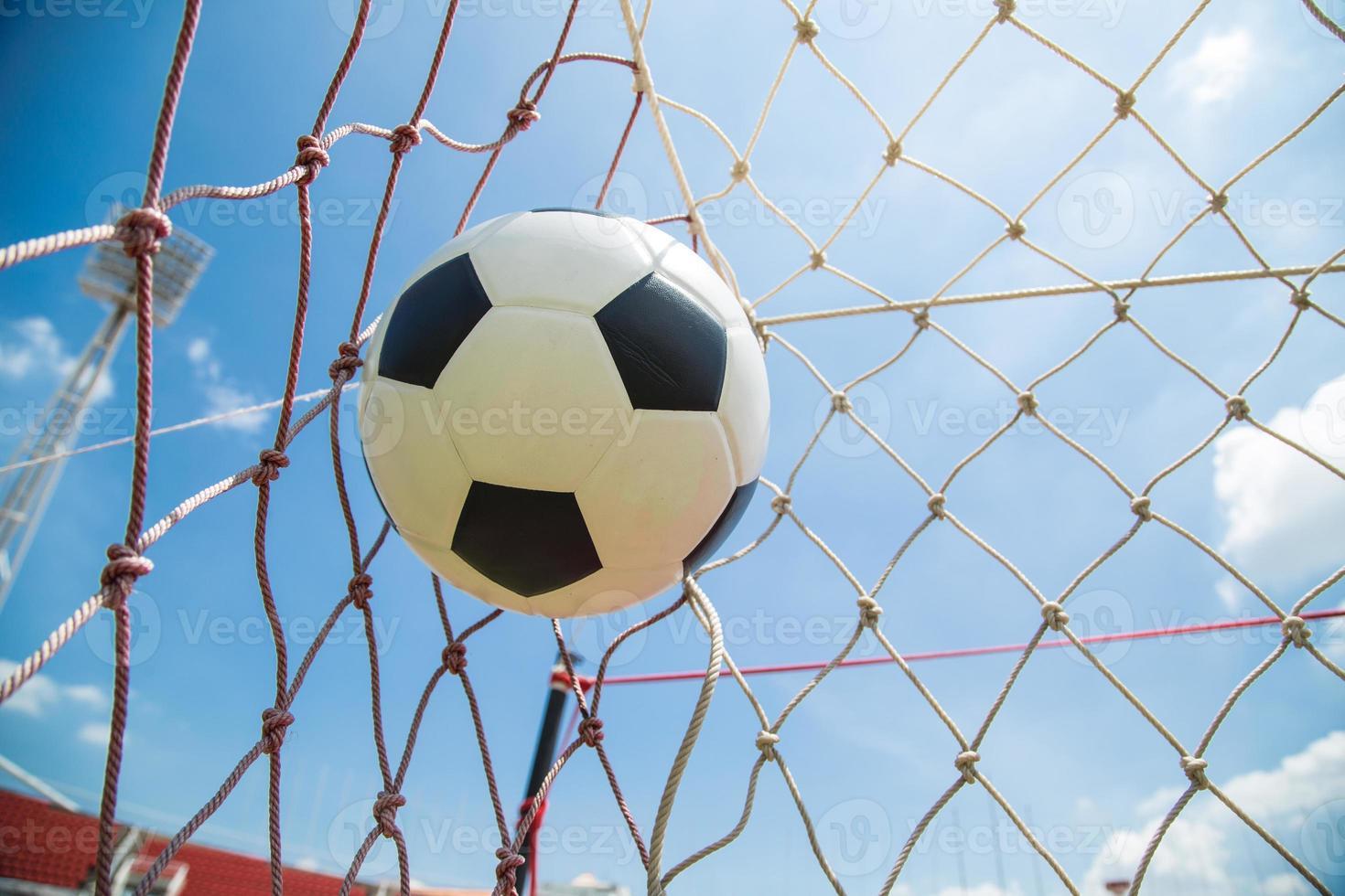 balón de fútbol en la portería después de disparar foto