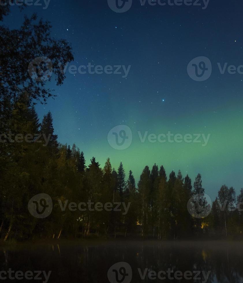 la aurora boreal sobre Finlandia foto