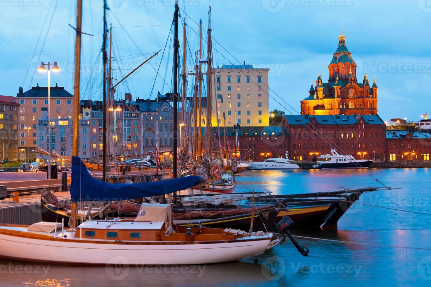 Paisaje nocturno del puerto viejo de Helsinki, Finlandia foto