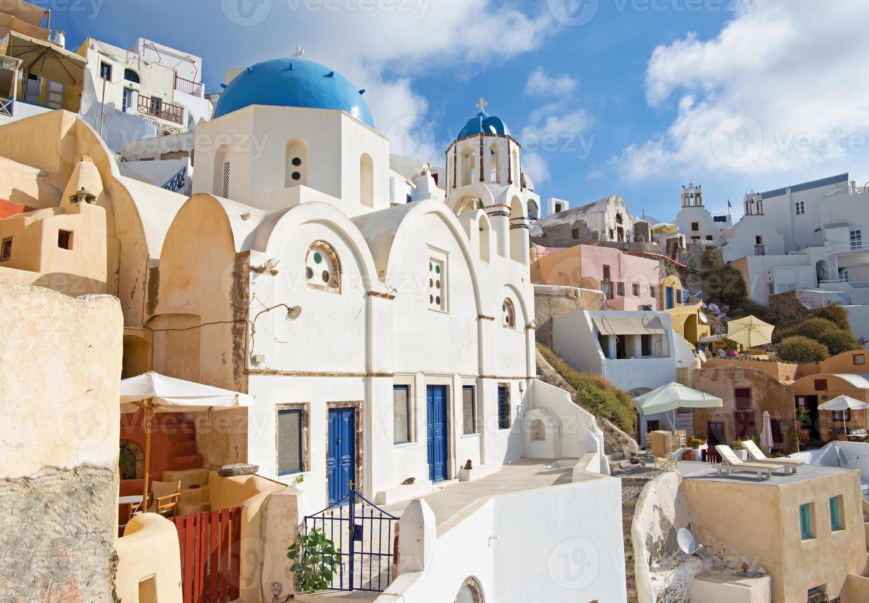 santorini: el aspecto de la iglesia típicamente azul-blanca en oia. foto