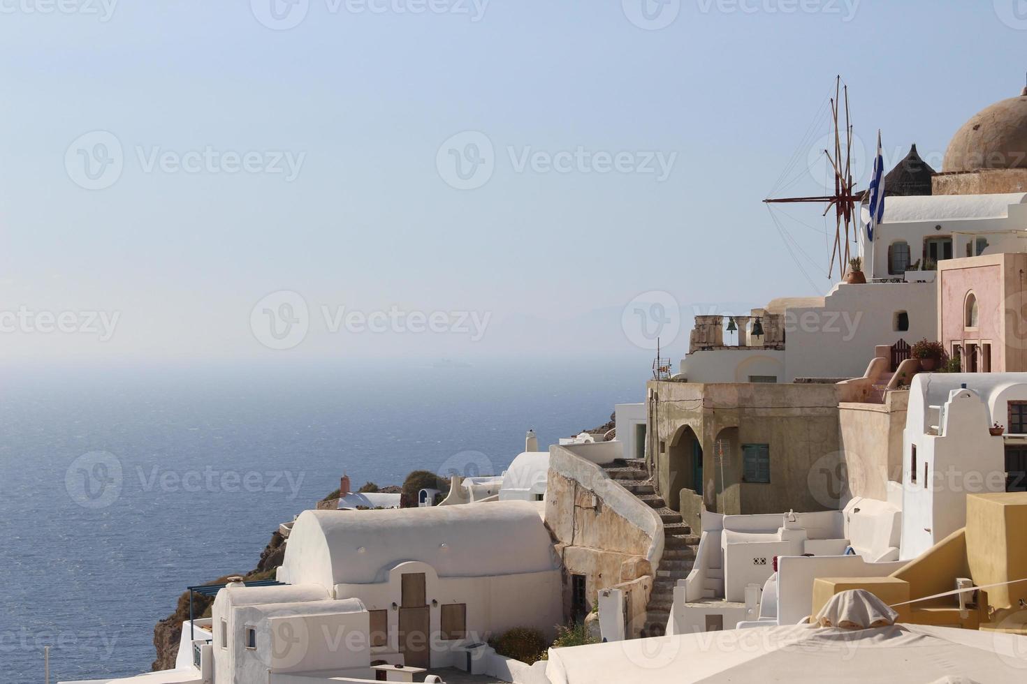vista típica del pueblo de oia en santorini foto