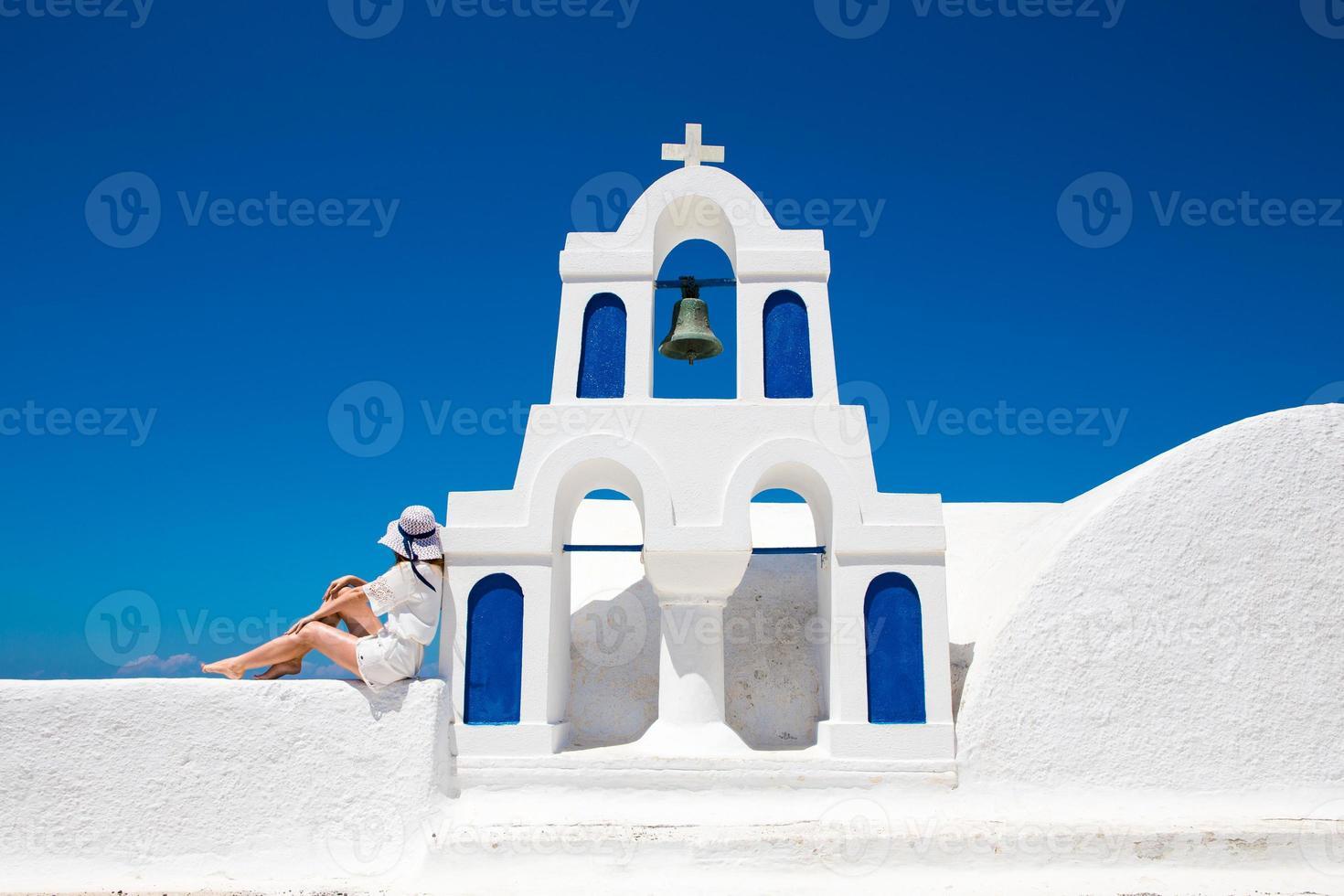 hübsche frau im weißen kleid auf santorini en creta foto
