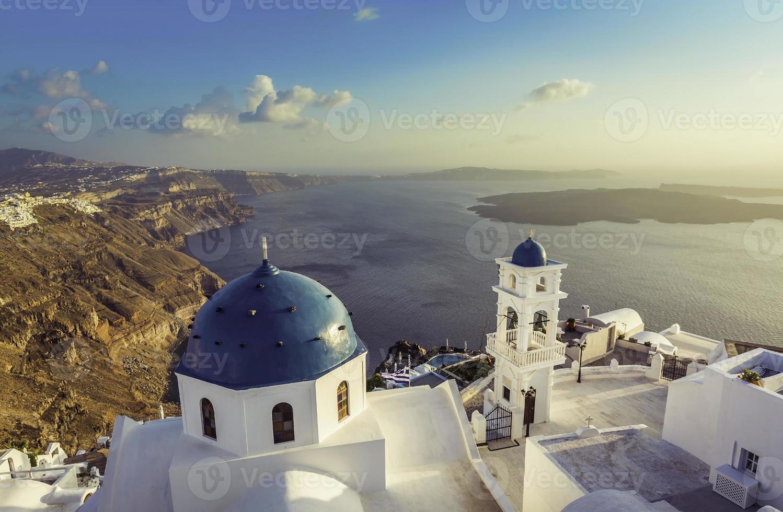 Vista de ángulo alto de las iglesias de cúpula azul de santorini, Grecia foto