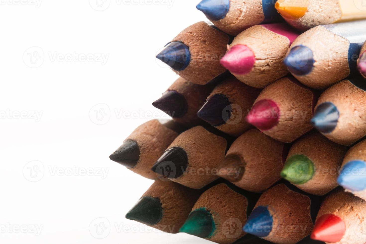 Lápices de colores sobre fondo blanco. foto
