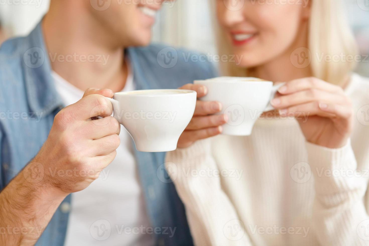 pareja amorosa sentada en la cafetería foto