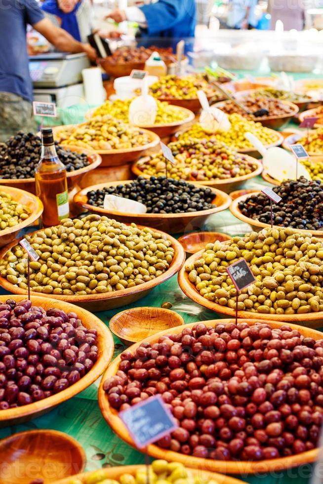 diferentes aceitunas marinadas en el mercado callejero provenzal en provenc foto
