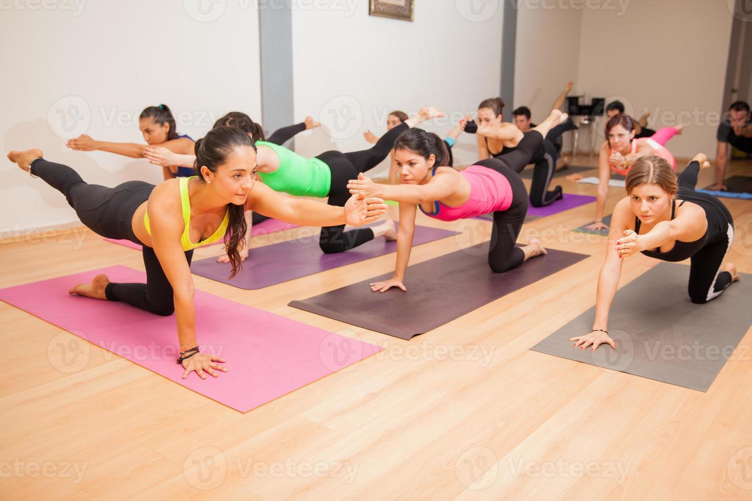 grupo de personas en una clase de yoga foto