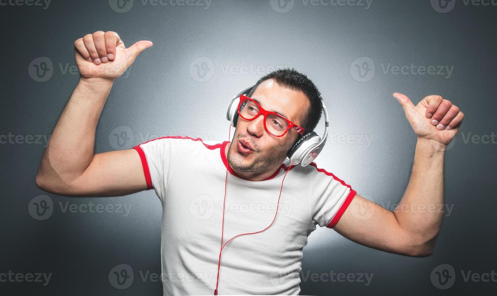 chico disfrutando de la música foto