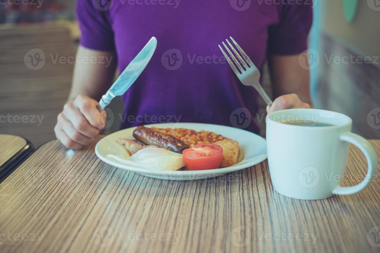 mujer disfrutando el desayuno tradicional inglés foto
