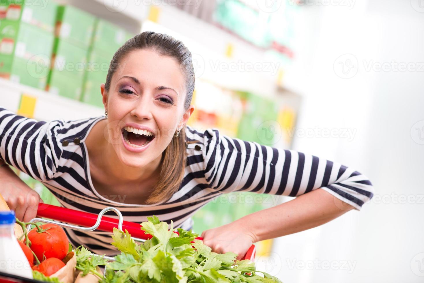mujer disfrutando de las compras en el supermercado foto