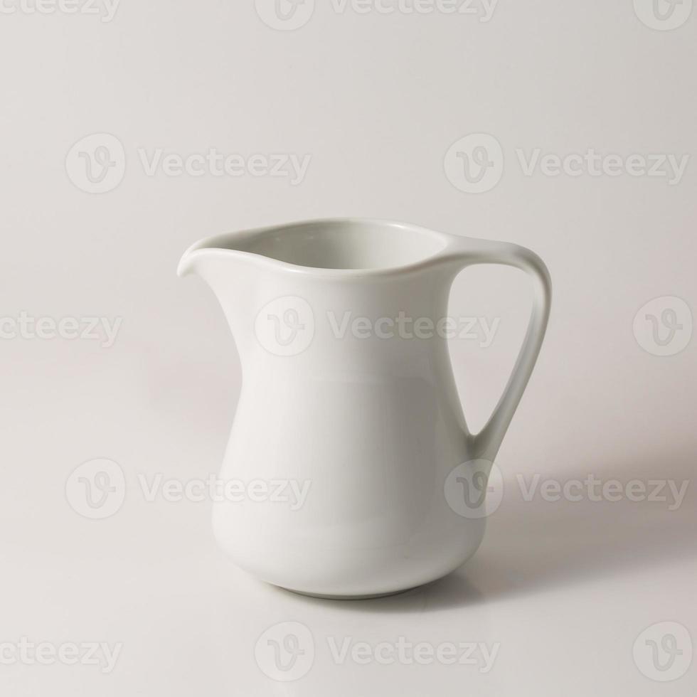 pequeña jarra de leche blanca foto